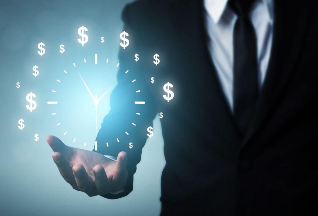 biznesmen trzyma zegar i zamienia czas na pieniądze